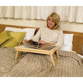 Houten tafeltje voor op het bed
